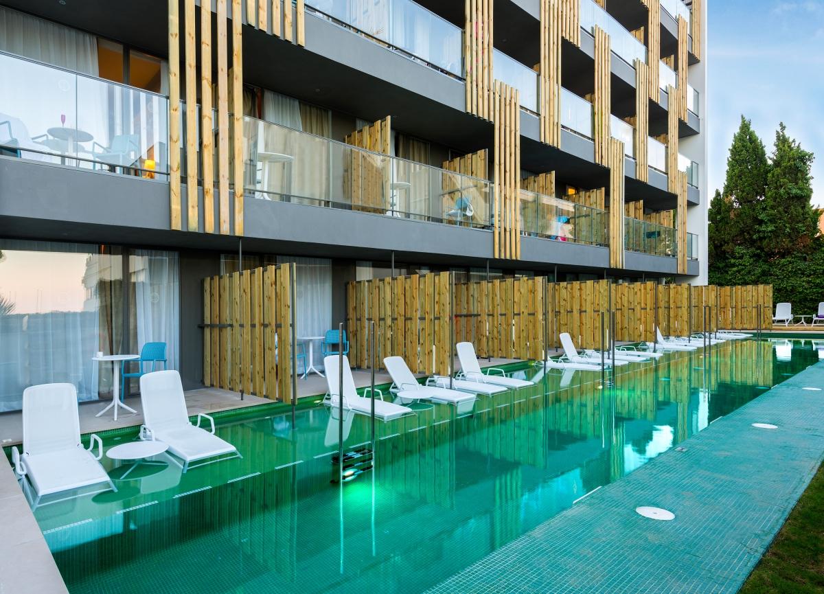 Swim-Up-rooms-building